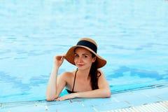 Moda de la piscina Mujer en piscina en verano Muchacha atractiva de moda hermosa en traje de baño elegante imagen de archivo libre de regalías