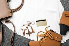 Moda de la ropa y de los accesorios del ` s de la mujer para hacer compras en las compras Foto de archivo libre de regalías