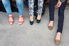 Moda del calzado, estilo Piernas de la mujer en diversos zapatos del estilo en fondo concreto Opción, eligiendo concepto Compras, Fotografía de archivo