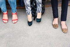 Moda del calzado, estilo Piernas de la mujer en diversos zapatos del estilo en fondo concreto Opción, eligiendo concepto Compras, Imagen de archivo libre de regalías