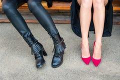 Moda del calzado, estilo Piernas de la mujer en diversos zapatos del estilo en fondo concreto Opción, eligiendo concepto Tacones  Foto de archivo libre de regalías