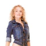 Moda del dril de algodón. mujer de moda joven de la muchacha rubia en tejanos Imagen de archivo libre de regalías