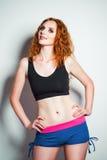 Moda del estudio tirada: pantalones cortos que llevan y camisa de la mujer hermosa del pelirrojo Imagen de archivo