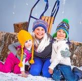 Moda del invierno Muchacho y muchachas felices adorables Foto de archivo libre de regalías