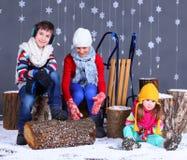 Moda del invierno Muchacho y muchachas felices adorables Imagen de archivo