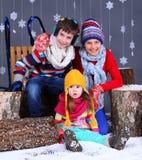 Moda del invierno Muchacho y muchachas felices adorables Imágenes de archivo libres de regalías