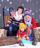Moda del invierno Muchacho y muchachas felices adorables Imagen de archivo libre de regalías