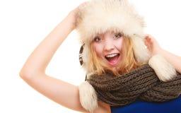 Moda del invierno Mujer joven feliz en sombrero de piel Imagenes de archivo