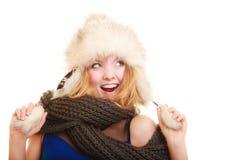 Moda del invierno Mujer joven feliz en sombrero de piel Foto de archivo libre de regalías