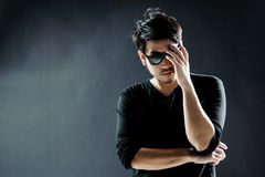 Moda del modelo del hombre joven de las gafas de sol Imagenes de archivo