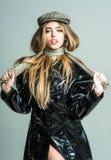 Moda del otoño para la mujer en sombrero y bufanda Belleza y peluquero Muchacha de moda con maquillaje en cara sensual Mujer atra Imagen de archivo libre de regalías