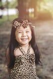 Moda del retrato un asiático de la niña en Tiger Pattern Dress Imagen de archivo