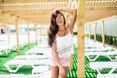 Moda del verano de la mujer With Fit Body modelo femenino hermoso atractivo, gafas de sol en el vestido que presenta en la piscin Fotos de archivo libres de regalías