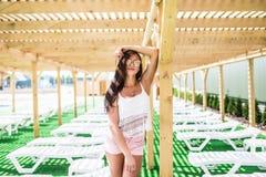 Moda del verano de la mujer With Fit Body modelo femenino hermoso atractivo, gafas de sol en el vestido que presenta en la piscin Fotografía de archivo