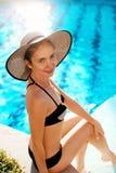 Moda del verano de la mujer Modelo femenino hermoso atractivo With Fit Body, piernas largas, traje de baño blanco sano de Tan Ski fotografía de archivo libre de regalías