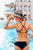 Moda del verano de la mujer Modelo femenino hermoso atractivo With Fit Body, piernas largas, traje de ba?o sano de Tan Skin In El imagen de archivo libre de regalías