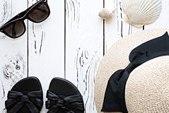 Moda del verano flatlay con las gafas de sol, cáscaras del mar, la arena de las mujeres imagen de archivo libre de regalías