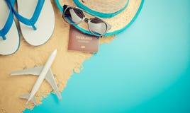 Moda del viaje del verano para las vacaciones de verano en azul arenoso Imágenes de archivo libres de regalías