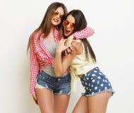Moda dos que ríe a las amigas pintadas que abrazan y que se divierten Fotos de archivo libres de regalías