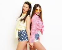 Moda dos que ríe a las amigas pintadas que abrazan y que se divierten Imágenes de archivo libres de regalías