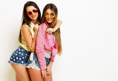 Moda dos que ríe a las amigas pintadas que abrazan y que se divierten Fotos de archivo