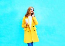 Moda dosyć uśmiecha się kobiet rozmowy na smartphone trzyma filiżankę Zdjęcie Royalty Free