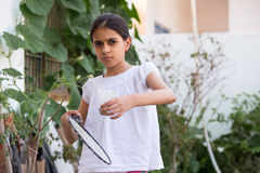 Młoda dziewczyna bawić się badminton Obrazy Royalty Free