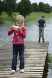Młoda dziewczyna bawić się grę komputerową w naturze Obrazy Royalty Free