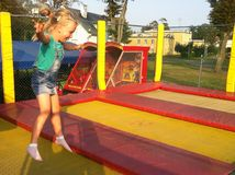 Młoda dziewczyna na trampoline Obrazy Royalty Free