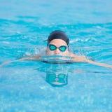 Młoda dziewczyna pływa motyliego uderzenia styl Zdjęcie Royalty Free