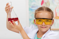 Młoda dziewczyna sprawdza rezultat chemiczny eksperyment Zdjęcia Stock