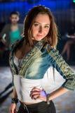 Młoda elegancka dziewczyna w cajg kurtce Zdjęcia Royalty Free