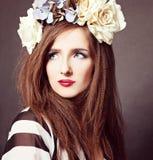 Moda elegante con el pelo rizado Fotos de archivo libres de regalías