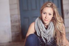Moda hermosa adolescente delante de una pared de ladrillo Foto de archivo