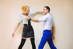 Moda i śmieszni przyjaciele symuluje walczyć Zdjęcia Stock