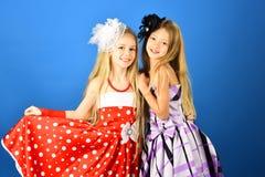 Moda i piękno, mały princess Przyjaźń, spojrzenie, fryzjer, poślubia Rodzinne moda modela siostry, piękno Zdjęcie Stock