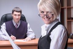 Młoda i uśmiechnięta biznesowa dama w biurze Obrazy Royalty Free