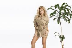 Moda joven, mujer rubia sonriente elegante en el estudio Ropa de la tendencia de la moda, estilo del safari, equipo del verano, f imagenes de archivo