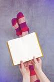Młoda Kobieta Czyta Pulp Fiction książkę Fotografia Stock