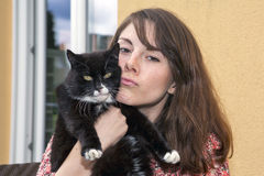 Młoda kobieta i jej kot Zdjęcie Royalty Free