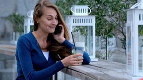 Młoda kobieta opowiada mądrze telefonem zbiory wideo
