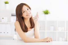 Młoda kobieta pije czystą wodę Obrazy Stock