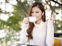 Młoda kobieta pije kawę Fotografia Royalty Free