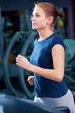 Młoda kobieta przy gym bieg dalej na maszynie Zdjęcie Royalty Free
