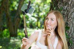 Młoda kobieta robi selfie Obrazy Royalty Free