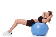 Młoda kobieta robi ćwiczeniom z sprawności fizycznej piłką Fotografia Royalty Free