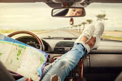 Młoda kobieta samotny samochodowy podróżnik z mapą Zdjęcie Royalty Free