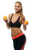 Młoda kobieta trzyma szkło sok pomarańczowy i Obraz Stock