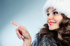 Młoda kobieta w biały futerkowym kapeluszu Obraz Royalty Free