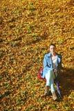 Młoda kobieta w depresji jesieni plenerowym parku Obraz Royalty Free